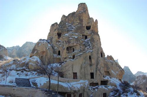 카파도키아 괴레메 동굴 교회 카파도키아 괴레메지역에는 동굴교회가 수없이 많다. 동굴벽과 천정에 그림이 있는 교회도 백개가 넘는단다. 그 중에서 암굴교회 그림이 가장 선명하고 많으며, 속칭 바클교회가 규모가 가장 크다.