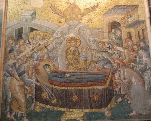 코라성당의 마리아 사망도 마리아가 어디서 어떻게 죽었는지 모른다. 그러나 이 그림을 보면 어떻게 죽었는지 조금은 알 수 있다. 중앙에 금빛 옷을 입은 예수가 있고 사도들이 둘러싸여 마리아는 죽음을 맞이하고 있다.