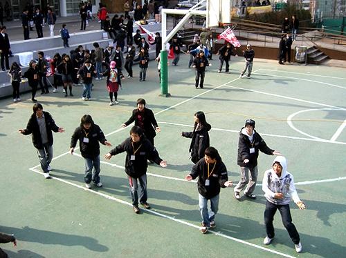 노래를 틀자 하나가 된 학생들, 노래에 맞춰 율동하고 있다.