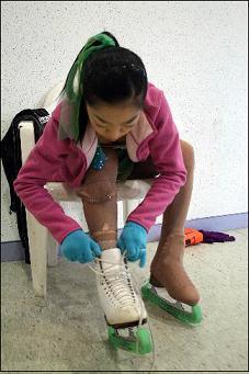동계체전 피겨 경기전, 스케이트화 끈을 묶고 있는 김나영 선수