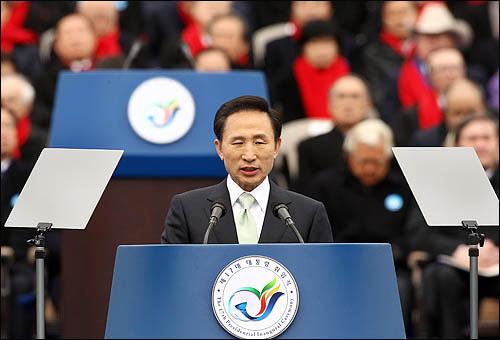 이명박 대통령이 25일 국회에서 열린 제17대 대통령 취임식에서 취임사를 하고 있다.