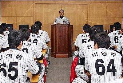 지도자가 된 김영직 (2) 지난 1월 26일, 엘지 트윈스 2군 선수들을 대상으로 소양교육을 하고 있는 김영직 2군 감독.