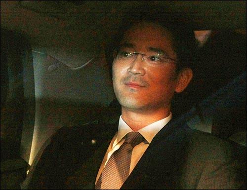 이재용 삼성전자 전무가 28일 밤 서울 한남동 삼성특검 사무실에서 소환조사를 마치고 귀가하고 있다.