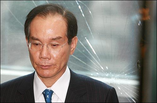 29일 오후 삼성그룹 이학수 부회장이 피의자 신분으로 서울 한남동 특검 사무실에 소환되고 있다.
