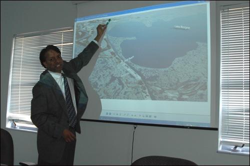 마시리키 교수가 프리젠테이션을 보아가며 카트리나 폭풍해일의 피해 규모에 대해 설명하고 있다.