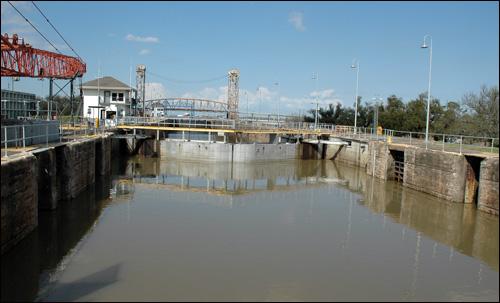 MRGO운하와 연결된 산업운하의 갑문. 이 갑문을 확장하는 프로젝트가 진행됐으나, 카트리나 사고 이후 중단됐다.