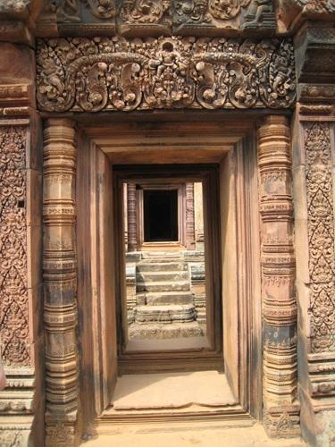 신의 세계로 향하는 문 신전의 내부를 향하는 아름다운 문, 마치 나무레 세긴 듯 그 조각이 화려하고 깊다.