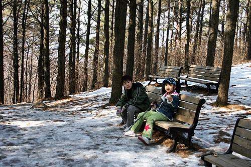 꼬막재에서 햇볕이 들지 않는 곳에는 눈이 아직 녹지 않아 재주를 부리며 올라와야 했다. 세림이와 재형이는 지친듯 자리를 잡고 앉는다.