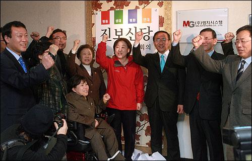 진보신당 연대회의는 6일 오후 대하빌딩 8층에서 심상정, 노회찬 공동상임대표와  박김영희, 이덕우, 김석준 공동대표등이 참석한 가운데 중앙당 사무실 현판식을 가졌다.