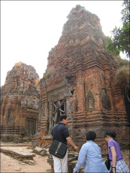 롤레이사원 크메르제국 야소바르만1세가 수도천도를 합법화하기 위해 옛 수도에 지은 힌두사원