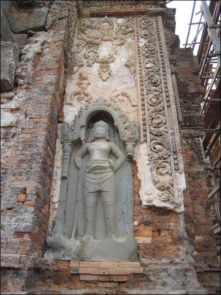 화려한 프레아코 조각상 반디아이쓰리와 함께 크메르 초기건축조각의 백미로 일컫는다.