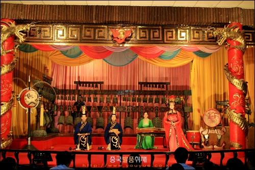 싼샤런자 여행 중 창장 강변 공연장에서 본 중국악기 연주 장면