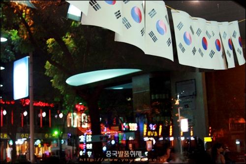 이창 시내의 한 한국요리 식당, 창문에 걸린 태극기