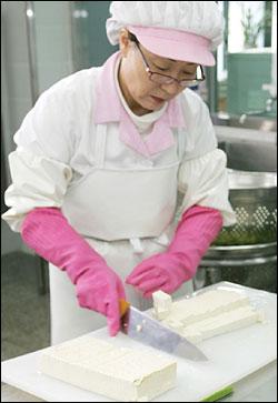 서울문래초교는 2005년 7월 쌀부터 시작해 2006에는 청과류와 육류까지 친환경급식으로 바꿨다.
