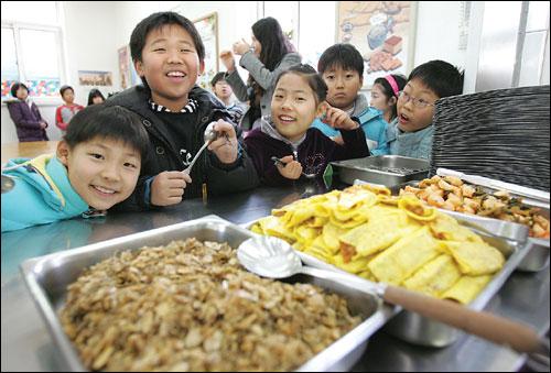 전교생이 60명인 광덕초교. 부모님이 함께 김치도 담가 먹는 정겨운 학교다.