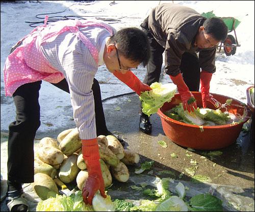 학부모들이 다함께 김치를 담근다? 광덕초교에서만 가능한 학부모들의 김치 담그기 행사.