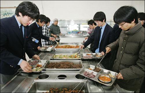 """""""육식에 대한 생각의 뿌리가 너무 깊다"""". 이미 익숙해진 식습관을 바꾸기란 쉽지 않았다. 친환경 급식을 하고 있는 경기과학고 모습."""