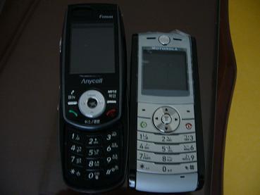어느 핸드폰을 쓸까? 상점에서는 결국 모토로라 핸드폰을 샀지만, 한국에 있을 때 쓰던 핸드폰은 삼성 제품. 한국에서 가져온 것을 쓰려다 결국 새로 샀다