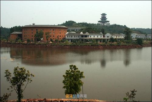 간저우 커자위엔에 있는 커자 전통가옥인 웨이룽우의 모습, 왼쪽의 둥근 원형의 건물이다.