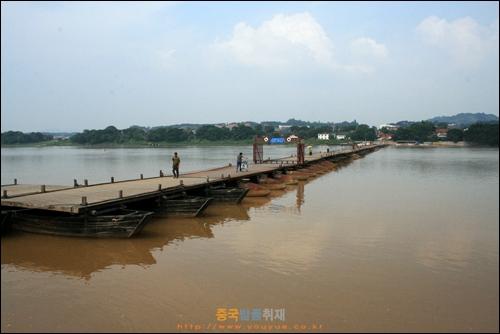 간저우 간장을 잇는 부교, 900여년 전 배의 부력으로 만든 독특한 다리이다.