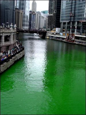 녹색 물감으로 물든 시카고 강 풍경. 이 연례행사에는 강물에 영향을 주지 않는 친환경 색소가 사용된다.