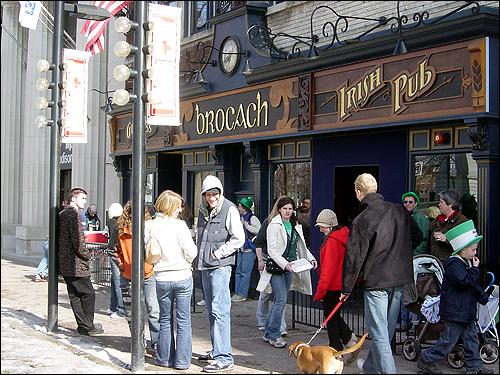 시가지 행진을 구경하고 난 사람들이 아일랜드식 술집에 모여 맥주를 마시고 있다. 성 패트릭의 날은 미국인들이 낮부터 술을 마시는 것을 지켜볼 수 있는 드문 날 가운데 하나다.
