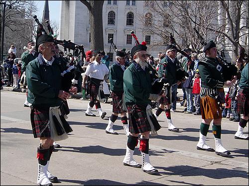 매디슨 주청사 앞을 행진하는 백파이프 악단. 성 패트릭의 날 시가지 행진은 미국에서 처음 시작되었다. 퍼레이드에는 백파이프 음악이 빠지지 않는다.