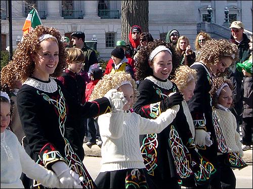 아일랜드 전통 무용을 공연하는 소녀들의 모습. 과거 미국에서는 아일랜드의 전통과 풍습이 '열등'과 차별의 상징이었으나, 이제는 널리 존경받으며 대물림되면서 미국의 문화를 풍요롭게 하고 있다.