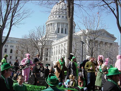 성 패트릭의 날에 행진과 공연을 즐기는 미국인들. 성 패트릭의 날은 차별을 극복하고 종교와 국적을 넘어선 대중적인 문화로 성장했다. 여기에는 아일랜드 이민자들의 정치세력화가 큰 역할을 했다.