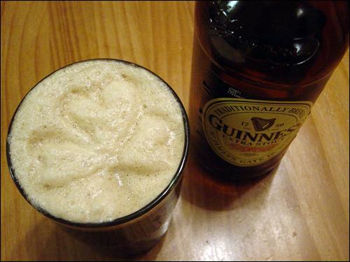 아일랜드의 맥주 기네스(Guinness). 아일랜드의 '펍'에 가면 기네스 맥주 거품 위에 '샴록'을 그려주기도 한다. 이 회사는 세계 최고의 기록을 모아놓은 '기네스 북'을 발간하기도 했다.