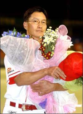 은퇴식 지난 2003년 9월 20일, 대전 기아전에서 은퇴식을 한 강석천 선수.