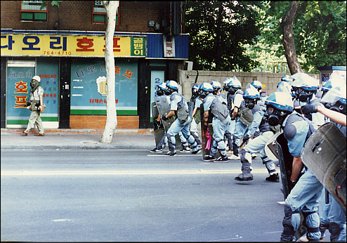 90년대초 시위참가자들을 연행하기 위해 진압명령을 기다리고 있는 사복체포조. 일명 백골단 민주화를 요구하는 각종 집회와 시위현장에서 백골단은 엄청난 공포의 대상이였다.  진압이라는 미명아래 남녀노소 가릴것없이 무차별적으로 휘둘러지는 그들의 엄청난 폭력이 아직도 눈에 선하기만 하다.  컴퓨터에 오랫동안 보관되어 있던 90년대초 시위진압을 하는 경찰 사복체포조, 일명 백골단 모습의 사진을 보면서 이명박정부 출범이후 그들의 모습을 다시금 시위현장에서 마주칠지도 모른다는 생각에 심장이 멈추는듯 하다.