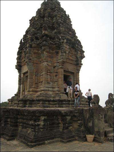 피라미드에 핀 연꽃탑 바콩사원 5층 피라미드 위에는 수미산을 상징하는 성소탑이 세워져 있다.
