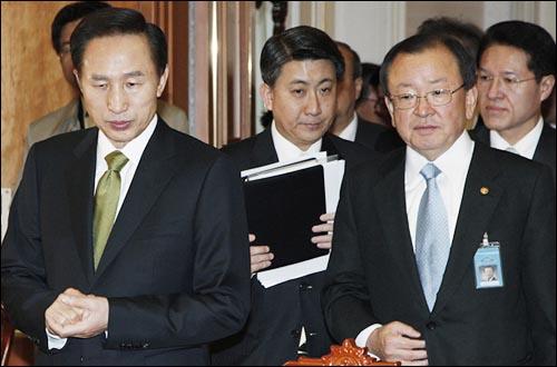 20일 경제·서민생활안정 점검회의에 참석한 이명박 대통령.