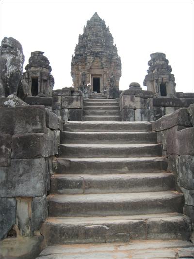 수미산을 오르는 계단 힌두교와 불교인들의 본향 수미산을 형상화한 성소탑