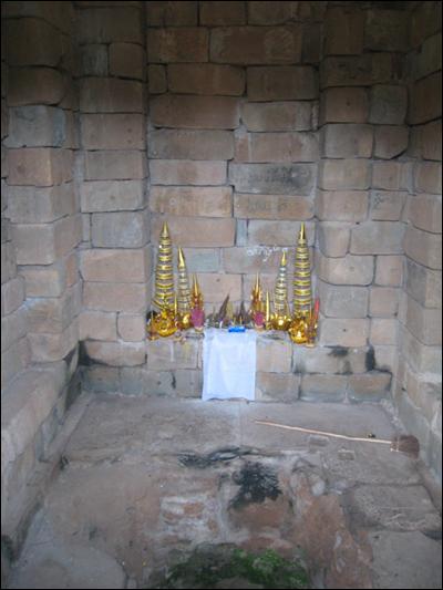성소탑의 내부모습 사람이 죽으면 화장을 했다고 전해지는데 지금은 불교도의 기도공간으로 쓰인다.