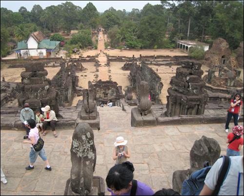 탑위에서 내려다 본 전경 탑을 지키고 있는 사자상과 멀리 불교 사원이 보인다.