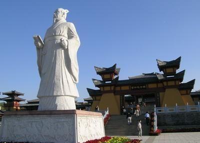 관중묘. 중국 산동성 치박시에 있다. 사진에는 관중의 동상과 관중기념관이 그 모습을 보이고 있다. 관중은 춘추시대의 재상으로서 중국에서도 명재상으로 뽑히며, 관포지교의 실제 모델이다.