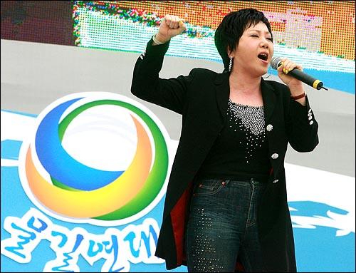 가수 이은하씨가 22일 오후 서울 여의도 63빌딩앞 한강 둔치에서 '친환경 물길잇기 전국연대' 주최 '한반도 대운하 공약실천 촉구결의대회'에서 '한반도 대운하'를 부르고 있다.
