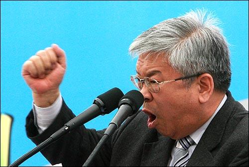 서경석 목사가 22일 오후 친환경 물길잇기 전국연대 주최로 서울 여의도 63빌딩앞 한강 둔치에서 열린 '한반도 대운하 공약실천 촉구결의대회'에서 고문 수락연설을 하고 있다.