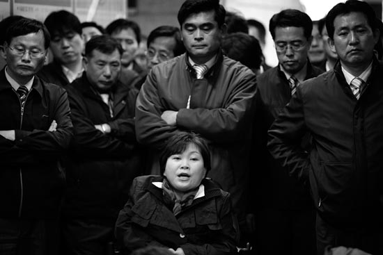지난 19일, 서울시설공단 로비의 박영희. 뒤에 선 공단직원들의 표정이 장난 아닙니다. 그녀는 왜 이곳에 나타난 것일까요?