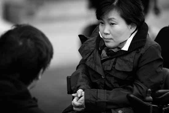 미리 도착한 박영희가 장애인콜택시 노동자들과 대화를 하고 있습니다. 이는 비단 장애인만의, 또는 비정규직 노동자만의 문제가 아니었습니다.