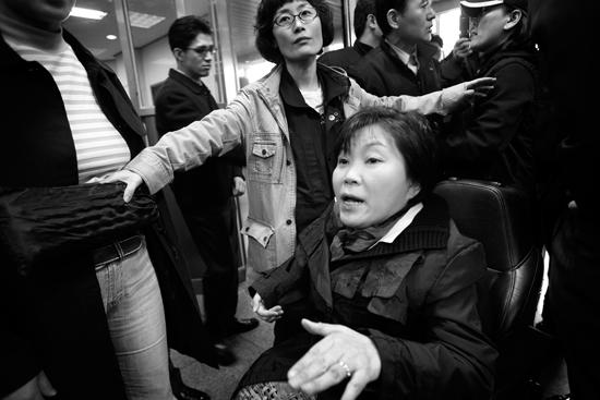휠체어를 타고 공단 로비로 들어가는 길이 험합니다. 직원들과 몸싸움이 벌어집니다. 하지만 눈하나 까딱하지 않는 박영희! 참 용기있는 여성이라 생각 했습니다.
