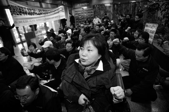 운송노조 노동자들과 함께 비정규직 차별 철폐를 외치는 박영희.