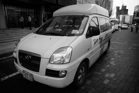 바로 이것이 장애인용 콜택시입니다. 저도 관심있게 본 적이 없습니다. --;; 현재 이 택시는 서울시설공단이 운영하며, 운전기사는 비정규직이라고 합니다.