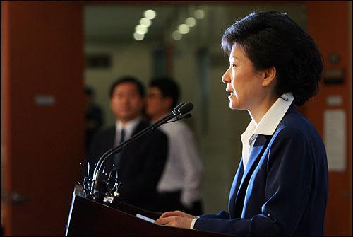 """박근혜 한나라당 의원은 23일 오후 국회 정론관에서 기자회견을 갖고 총선 공천을 """"한마디로 정당정치를 뒤로 후퇴시킨 무원칙한 공천의 결정체""""라며 """" 대표와 지도부가 책임을 져야 할 것""""이라고 요구했다."""
