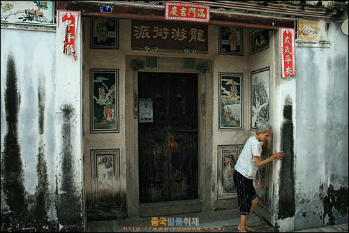 차오저우의 옛 가옥 마을 자띠샹, 문 입구에 그림들이 많이 그려져 있다