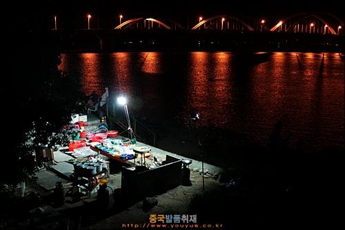 차오저우 한장 강변에 있는 해산물 파는 간이 식당