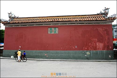 차오저우의 당나라 시대 사원 카이위엔쓰 정문 앞 거리