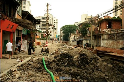 푸저우의 삼방칠항 골목길과 가옥들을 철거하는 공사 중